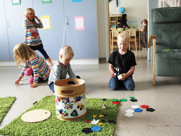 子供をのびのび育てるには「教え込まないこと」世界一幸せな国が実践している教育法とは?