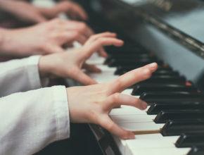 """習い事を検討中のファミリー必見。音楽系の習い事で得られる""""幸福度""""調査の結果とは?"""