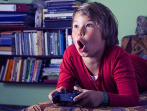 子供を「ゲーム依存」からどう守る? ネットやゲームを規制する自治体も