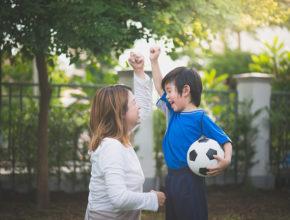 暑い日に外遊びはOK? 水分補給に最適なドリンクは? サッカー日本代表ドクターに聞く「子供の熱中症対策」