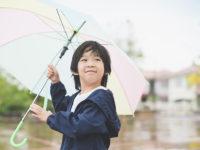 連休は雨予報……でも大丈夫! 雨の日の外遊びが楽しくなる「子供向けレイングッズ」3選
