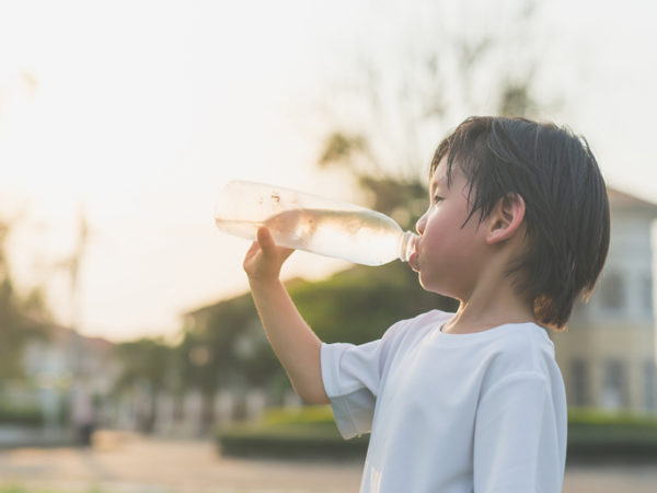 子供に持たせる「水筒の中身」何が正解? 医師に訊く、残暑でも熱中症にさせない方法