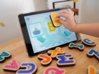 フランス発「タブレット×木製ブロック」で楽しく賢く! 文字&数字が学べるIoT玩具