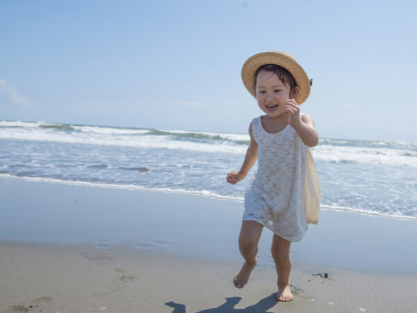 0歳からOK! 子供の知的好奇心を満たす4つの海遊びとは? 安全対策も要チェック