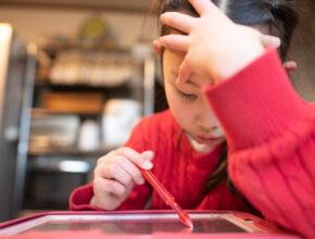 """すべての子供に学習機会を。""""やさしい""""字幕がついたオンライン教材が無料公開中!"""